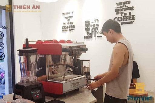 nhân viên sửa máy pha cà phê